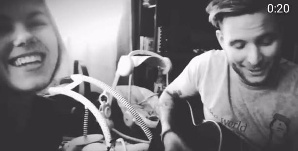 Nagyon cuki családi videó|Micimackó Bencéék otthonába is beköltözött, legalábbis egy dalocska erejéig. Nagyon aranyos családi videóval kedveskedett Bence, rajongóinak.